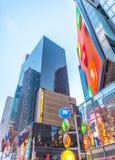 NEW YORK CITY - 17 DE MAYO DE 2013: Anuncios y edificios del Times Square Imágenes de archivo libres de regalías