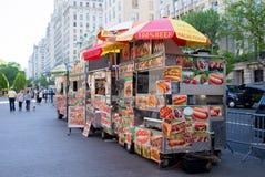 New York City - 10 de mayo de 2015: Carros del vendedor ambulante Imagenes de archivo