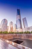 NEW YORK CITY - 23 DE MAYO: El monumento de NYC 9/11 en el comercio mundial Cente Fotos de archivo libres de regalías