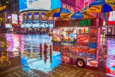 NEW YORK CITY - 21 DE MAYO: Las estancias del perrito caliente de un vendedor del soporte me abren tarde Foto de archivo libre de regalías