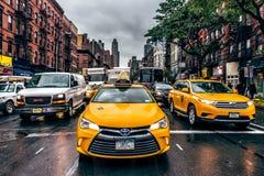 NEW YORK CITY - 26 de octubre de 2009: El taxi y los coches de New York City en calle trafican en Manhattan New York City Lluvia  Foto de archivo libre de regalías