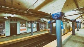 NEW YORK CITY - 23 DE OUTUBRO DE 2015: Interior do statio do metro da cidade Fotografia de Stock Royalty Free