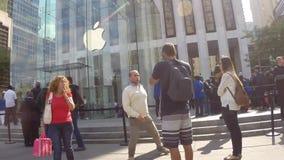 NEW YORK CITY - 19 DE SETEMBRO DE 2014: Os clientes alinham fora de Apple Store em Fifth Avenue para comprar o iPhone novo 6 vídeos de arquivo