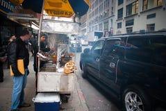 NEW YORK CITY - December 25, 2010: New York gatasäljare i en Manhattan Matsäljare är över hela Manhattan som erbjuder en variatio Arkivfoto