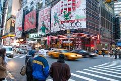 NEW YORK CITY - December 25, 2010: Times Square med LEDDE annonser på Broadway på natten, Manhattan på December 25, 2010 i New Yo Royaltyfri Fotografi