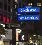 New York City, Ecke des Broadways und West-33. Straßenschild Stockfotografie