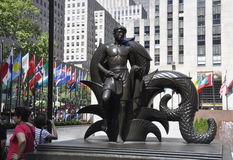 New York City, el 2 de agosto: Baje la estatua de la plaza de Rockefeller de Manhattan en New York City fotos de archivo libres de regalías
