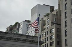 New York City, el 2 de agosto: Bandera americana que agita en el viento de Manhattan en New York City Fotografía de archivo libre de regalías