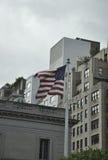 New York City, el 2 de agosto: Bandera americana que agita en el viento de Manhattan en New York City Imagen de archivo
