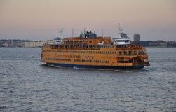 New York City, el 3 de agosto: Staten Island Ferry Ship en el río Hudson en la puesta del sol en New York City Fotos de archivo libres de regalías