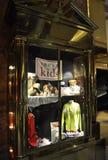 New York City, el 1 de julio: Los niños interiores de la torre del triunfo hacen compras de Fifth Avenue en Manhattan de New York Fotografía de archivo libre de regalías