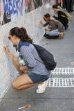 New York City, el 11 de septiembre de 2015: las mujeres jovenes se sientan en el ne del pavimento Imágenes de archivo libres de regalías