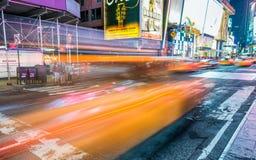 NEW YORK CITY - EM JUNHO DE 2013: O táxi amarelo acelera ao longo do stree da cidade fotos de stock royalty free