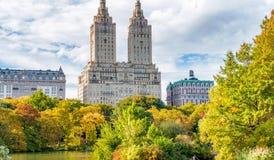 NEW YORK CITY - EM OUTUBRO DE 2015: Os povos apreciam o Central Park nas camadas finas Foto de Stock
