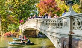 NEW YORK CITY - EM OUTUBRO DE 2015: Os povos apreciam o Central Park nas camadas finas Foto de Stock Royalty Free