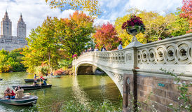 NEW YORK CITY - EM OUTUBRO DE 2015: Os povos apreciam o Central Park nas camadas finas Imagens de Stock Royalty Free