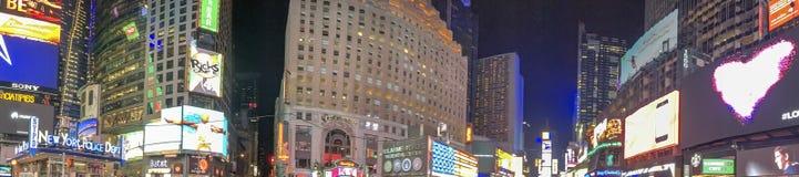 NEW YORK CITY - EM OUTUBRO DE 2015: Times Square da visita dos turistas no nig Fotografia de Stock Royalty Free