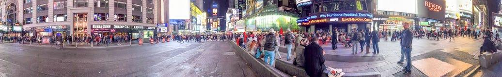 NEW YORK CITY - EM OUTUBRO DE 2015: Times Square da visita dos turistas no nig Fotografia de Stock