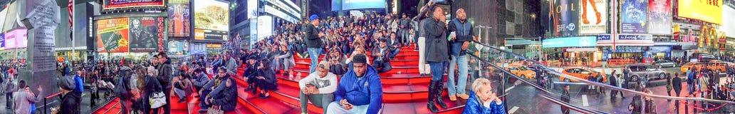 NEW YORK CITY - EM OUTUBRO DE 2015: Times Square da visita dos turistas no nig Imagem de Stock Royalty Free
