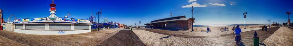 NEW YORK CITY - EM OUTUBRO DE 2015: Turistas no passeio de Coney Island Imagens de Stock