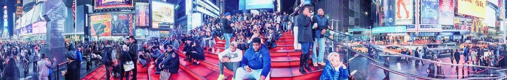 NEW YORK CITY - EM OUTUBRO DE 2015: Turistas no Times Square na noite Fotografia de Stock Royalty Free