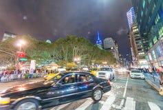 NEW YORK CITY - EM SETEMBRO DE 2015: Tráfego na cidade na noite Ne Imagens de Stock
