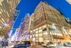 NEW YORK CITY - EM SETEMBRO DE 2015: Tráfego na cidade na noite Ne Fotos de Stock Royalty Free