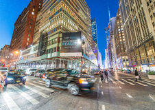 NEW YORK CITY - EM SETEMBRO DE 2015: Tráfego na cidade na noite Ne Foto de Stock Royalty Free