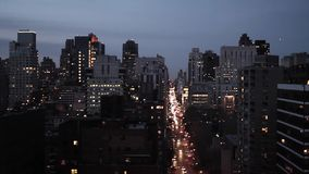 New York City en el horizonte de la opinión aérea de la noche que sigue el tiro almacen de video