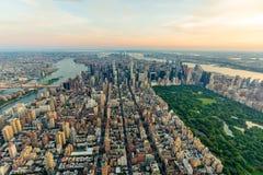 New York City en la opinión aérea de la puesta del sol fotos de archivo libres de regalías