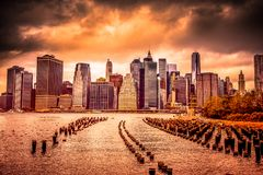 New York City en la puesta del sol foto de archivo