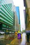 New York City, Estados Unidos da América - 2 de maio de 2016: Vew dos arranha-céus de New York do nível da rua na baixa em Fotos de Stock