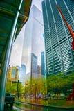 New York City, Estados Unidos da América - 2 de maio de 2016: Vew dos arranha-céus de New York do nível da rua na baixa em Fotografia de Stock