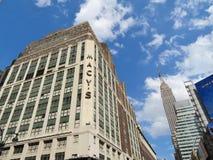 New York City, Etats-Unis, le 19 juin 2017 - le magasin du ` s de Macy et l'Empirte énoncent le bâtiment à l'arrière-plan - onl é Photo libre de droits