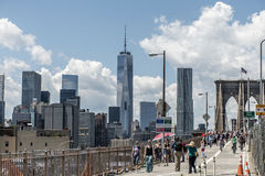 New York City Etats-Unis 25 05 Vue 2014 d'horizon des personnes de pont de Brooklyn marchant par images stock