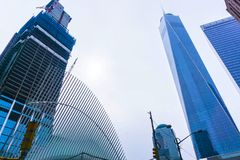New York City, EUA - 1º de maio de 2016: Terminado quase um World Trade Center Fotos de Stock Royalty Free