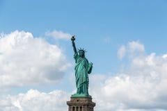 New York City/EUA - 22 de agosto de 2018: A estátua da liberdade no clea imagem de stock