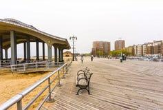 New York City, EUA - 2 de maio de 2016: Passeio à beira mar de Coney Island, praia de Brigghton, Brooklyn, EUA imagem de stock royalty free