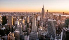 New York City - EUA Vista à skyline do centro do Lower Manhattan com Empire State Building e os arranha-céus famosos no por do so foto de stock