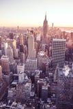 New York City - EUA Vista à skyline do centro do Lower Manhattan com Empire State Building e os arranha-céus famosos no por do so fotografia de stock royalty free
