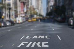 New York City för gränd för suddighetsbakgrundsbrand gator Arkivfoton