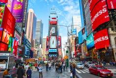 New York City Förenta staterna - November 2, 2017: Folkmassahopsamling i Times Square på dagtid Arkivbilder