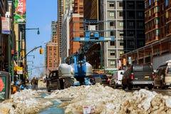NEW YORK CITY - 27. Februar 2017: Snowy-Straße mit Verkehr Stockbild