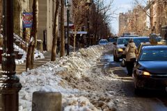 NEW YORK CITY - 27. Februar 2017: Straßen in Brooklyn wird nach dem ersten Schneesturm der Jahreszeiten in NYC gesehen Stockbild