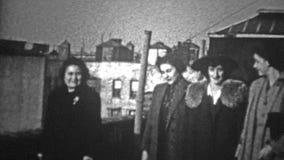 NEW YORK CITY - 1943: Frauen, die auf einer Dachspitze sich einführen stock footage