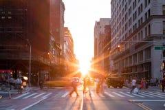 New York City gataplats med folkmassor av folk arkivfoton
