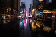 New York City gatasikt på natten med snö Arkivbild