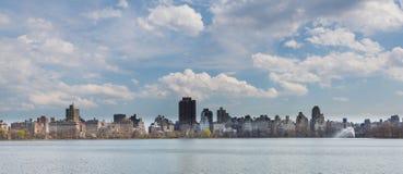 New York City horisont från den breda Central Park Arkivfoto