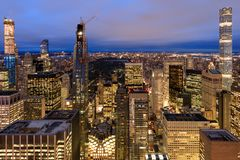 New York City horisont med stads- skyskrapor på natten arkivfoton