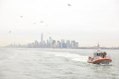 New York City horisont och fartyg för USA-kustbevakningpatrull Arkivbilder